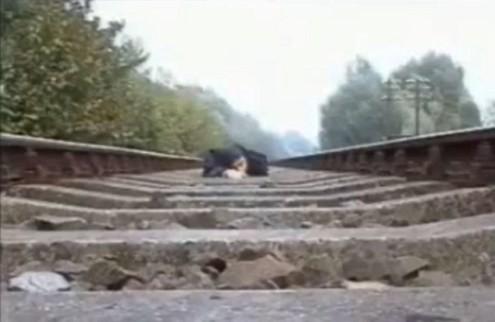 Nằm trên đường ray cho tàu hỏa chạy qua để... biểu diễn - Tin180.com (Ảnh 4)