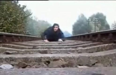 Nằm trên đường ray cho tàu hỏa chạy qua để... biểu diễn - Tin180.com (Ảnh 5)