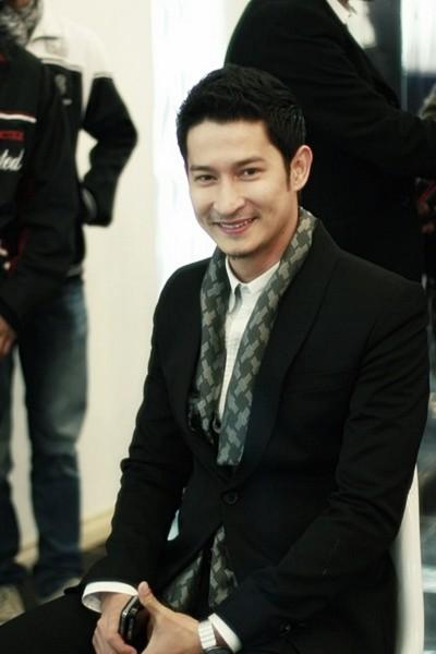 Huy Khánh tươi cười trước khi được giới báo chí thủ đô phỏng vấn. Trong phim, anh đóng vai chàng