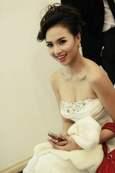 Đinh Ngọc Diệp khoe vẻ gợi cảm trong chiếc váy cô dâu.