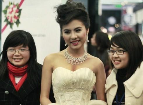 Vân Trang - người đẹp thế hệ 9x vừa giành giải Mai Vàng cho nữ diễn viên triển vọng - là một trong 5 cô dâu của Huy Khánh trên phim.
