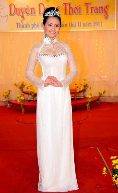 Một thí sinh của cuộc thi, người đẹp Thu Giang, duyên dáng trong tà áo dài trắng.