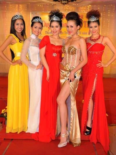 Các người đẹp xứ dừa cùng nhau khoe sắc tại cuộc thi Hoa khôi duyên dáng thời trang.