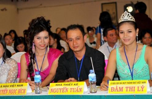 Trong thành phần ban giám khảo của cuộc thi có sự góp mặt của Đàm Thị Lý, Á hậu 2 Quý bà Việt Nam 2009 (phải) và Ngọc Bích - Á hậu 2 Hoa hậu Việt Nam 2004 (trái).
