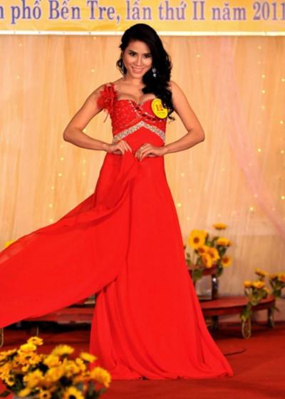 Với các giải này, cô nhận được gần 50 triệu đồng cùng giải thưởng áo dài từ nhà thiết kế Vũ Phong. Trúc Phương sẽ có một năm cùng các mạnh thường quân tham gia các hoạt động xã hội, từ thiện.
