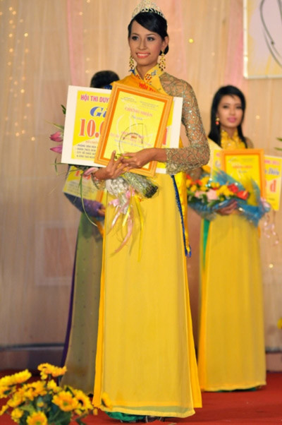 Đoạt danh hiệu Á khôi 1 là Châu Ngọc Anh, 20 tuổi, cao 1,70m với số đo 3 vòng 83 - 60 - 90.