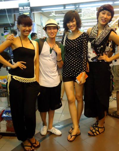 Một du khách nước ngoài nhận ra ba người mẫu và xin được chụp một tấm ảnh lưu niệm.