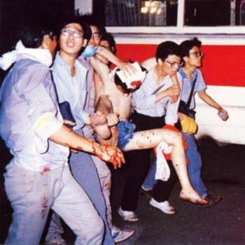 Ngày 04 tháng Sáu: Sinh viên đưa những người bạn cùng lớp bị thương của họ từ quảng trường Thiên An Môn tới bệnh viện để cấp cứu (Đại Kỷ Nguyên).