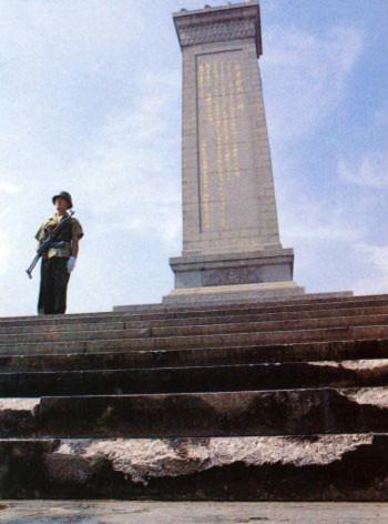 Ngày 07 tháng Sáu: Binh lính đang canh gác tại Tượng đài Anh Hùng trên quảng trường Thiên An Môn. Vệt xích xe tăng có thể được trông thấy tại bậc thềm đi lên Tượng đài (Đại Kỷ Nguyên).