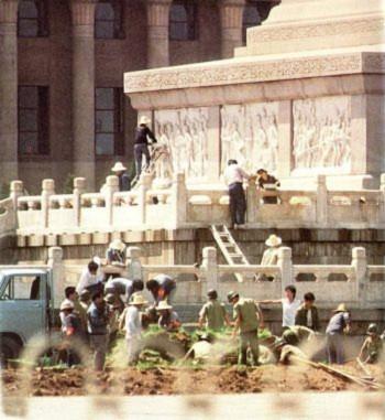 Ngày 15 tháng Sáu: Công nhân thành phố Bắc Kinh lau dọn Tượng đài Liệt Sĩ trên quảng trường Thiên An Môn. Tượng đài Liệt Sĩ là một điểm tụ tập của sinh viên trong cuộc biểu tình (Đại Kỷ Nguyên).