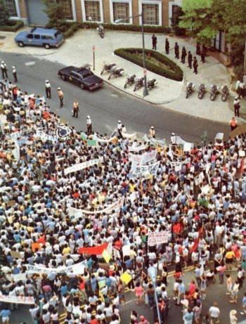 Ngày 04 tháng Sáu: Đoàn người biểu tình xếp hàng tại Đại sứ quán Trung Quốc ở Washington D.C. Những người biểu tình phản đối việc giết hại các sinh viên tại Trung Quốc bằng cách sử dụng quân đội (Đại Kỷ Nguyên).