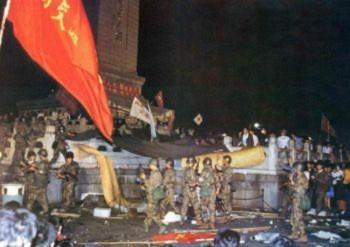 5h sáng ngày 4 tháng Sáu, Bắc Kinh: Bộ đội đặc công trong bộ quân phục ngụy trang ở dưới tượng đài Anh hùng để đánh đuổi các sinh viên (Đại Kỷ Nguyên).