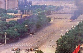 Ngày 04 tháng Sáu: Ở đâu có áp bức, ở đó có đấu tranh. Buổi sáng ngày 04 tháng Sáu năm 1989, những quân nhân vẫn tiếp tục bắn giết trên Đại lộ Trường An. Các công dân Bắc Kinh đã dũng cảm chống lại. Bức ảnh cho thấy những người bị thương nằm trên Đại lộ Trường An và những người khác đang giúp đỡ những người bị thương (Đại Kỷ Nguyên).