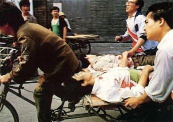 Ngày 04 tháng Sáu: Một người đạp xe ba bánh với sự trợ giúp của những người xung quanh đang vội vã đưa những người bị thương tới một bệnh viện gần đó. Những người lính tiếp tục bắn hàng trăm loạt đạn vào đám đông đang tụ tập bên ngoài quảng trường Thiên An Môn (Đại Kỷ Nguyên).