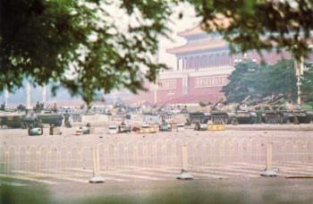 Ngày 07 tháng Sáu: Đám đông dân chúng Bắc Kinh tò mò tụ tập lại để xem vũ khí hạng nặng trên quảng trường Thiên An Môn (Đại Kỷ Nguyên).