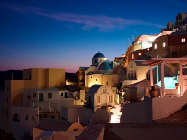 Hòn đảo Santorini (Hy Lạp) rực rỡ ánh đèn chào đón khách du lịch đến nghỉ vào dịp Lễ giáng sinh và Năm mới 2011 - Ảnh C.T. Feng.