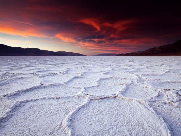 Lòng hồ trơ đáy với màu trắng của muối ở Thung lũng Chết (Death Valley), Mỹ - Ảnh: Dan Desroches
