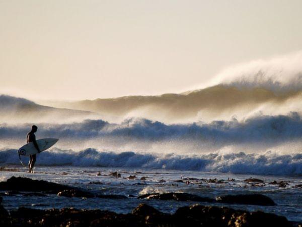 Một con sóng cực lớn đang ập vào bờ tại vùng biển Elandsbaai, Nam Phi - Ảnh: Anne du Plessis