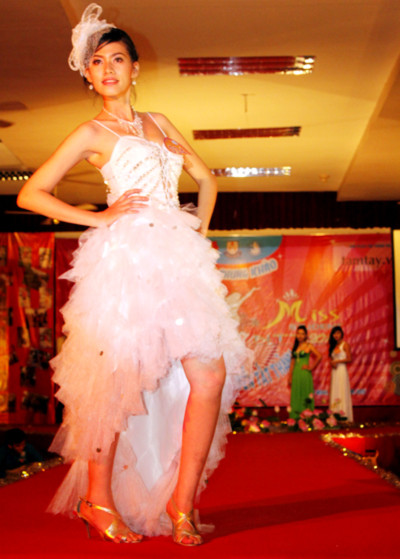 Một thí sinh tự tin trình diễn trang phục dạ hội.