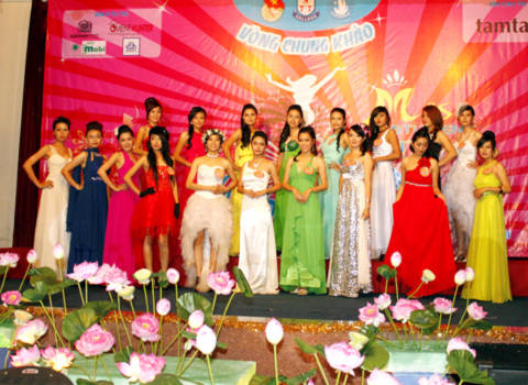 Top 18 cô gái xinh đẹp và tài năng nhất được chọn trong đêm chung kết.