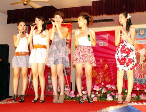 Các cô gái trẻ cũng khuấy động không khí bằng các ca khúc sôi động.