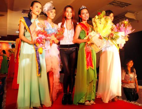 Các hoa khôi chụp ảnh cùng ca sĩ Ngân Khánh.