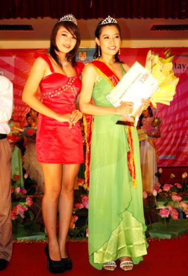 Hoa khôi 2009 và Hoa khôi 2010 đọ sắc.
