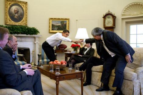 Tổng thống Barack Obama đang đấm tay chào với chánh văn phòng trong cuộc họp với các cố vấn trong phòng Bầu dục. Ảnh: White House