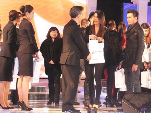 Hai người mẫu Việt Nam được ban tổ chức đón tiếp niềm nỡ.