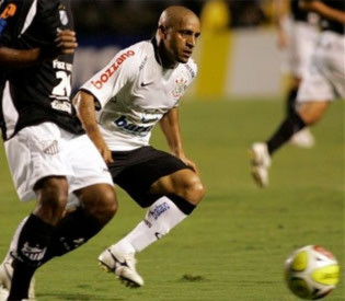 Carlos trong màu áo Corinthians.