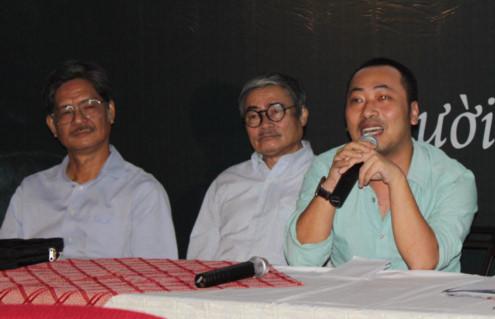 Từ trái qua: nhà báo Nguyễn Trọng Chức, nhà thơ Nguyễn Duy và đạo diễn Nguyễn Quang Dũng tại buổi họp báo công bố chương trình '10 năm nhớ Trịnh Công Sơn'. Ảnh: Thoại Hà