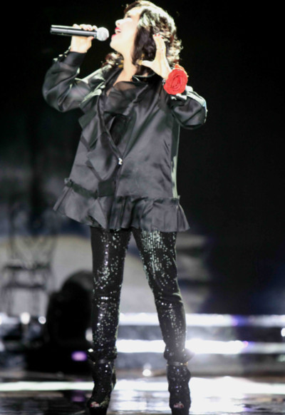Thanh Lam cũng thể hiện ca khúc đượm buồn Cô đơn với cảm xúc trào dâng.