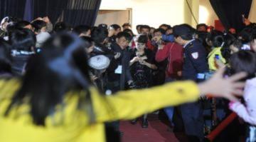 Uyên Linh trong vòng vây fan cuồng Hà Nội