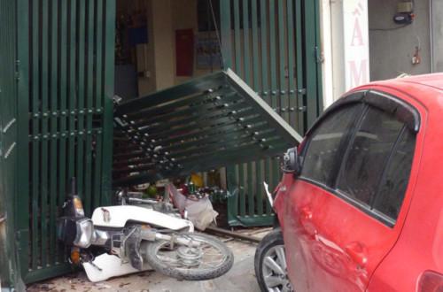 ôtô đâm vào nhà