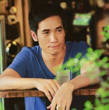 """Trần Hào (Moses Chan). Nam diễn viên gốc Hong Kong là một trong những gương mặt quen thuộc nhất trong các bộ phim truyền hình của đài TVB. Qua nhiều năm diễn xuất và có nhiều cống hiến, Trần Hào hiện cũng là một nhân vật chủ chốt và có quyền lực ở TVB. Trần Hào nổi tiếng với vai trò diễn viên nhưng trước đây anh cũng từng là một người mẫu thành công ở Hong Kong. Trần Hào từng nói, là một diễn viên, anh luôn giữ vóc dáng chuẩn nhưng không thể nào """"cơ bắp cuồn cuộn"""" như thời còn là người mẫu được."""