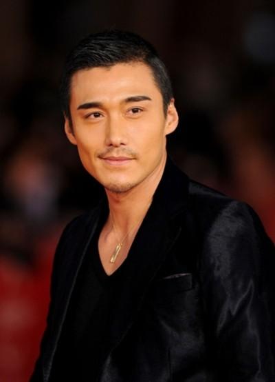 """Hồ Binh (Hu Bing) là một trong những nam diễn viên hấp dẫn nhất Trung Quốc. Anh từng được đánh giá là siêu mẫu hàng đầu, xuất hiện trên rất nhiều tạp chí lớn và nhiều mẫu quảng cáo cho các nhãn hiệu quốc tế. Sau nhiều thành công rực rỡ với sự nghiệp người mẫu, Hồ Binh """"im hơi lặng tiếng"""" một thời gian và chuyển sang đóng phim."""
