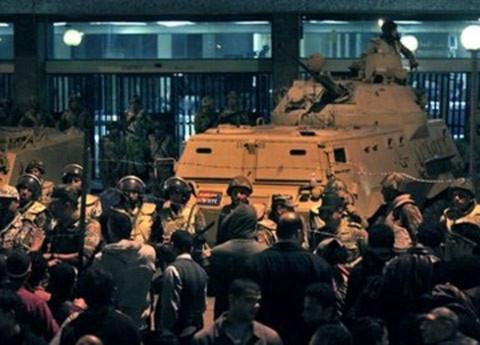 Xe tăng của quân đội Ai Cập bên ngoài trụ sở truyền hình quốc gia. Người biểu tình bao vây tòa nhà này sau khi Tổng thống Hosni Mubarak tuyên bố không từ chức đêm qua. Ảnh AP