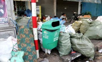 Công nhân rác quá tải cho đường phố sạch đẹp ngày Tết