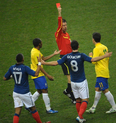 Trọng tài rút thẻ đỏ trừng phạt Hernanes.