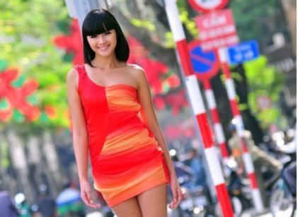 Diễm Châu khoe chân dài cùng Đàm Thu Trang