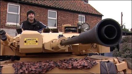 Gặp anh chàng chứa xe tăng, súng máy trong vườn nhà
