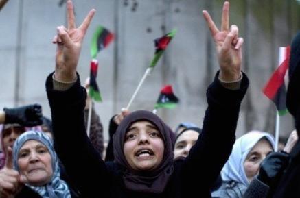 Một cô gái trẻ tham gia đoàn người biểu tình trước Đại sứ quán Libya tại thủ đô London. Ảnh: AFP