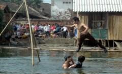 Giới trẻ trổ tài leo cầu khỉ
