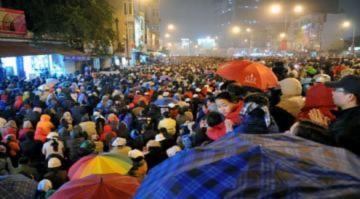 Hàng nghìn người đội mưa lễ Tết nguyên tiêu