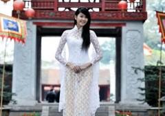 Hoa hậu Ngọc Hân làm duyên bên nhóm V.Music