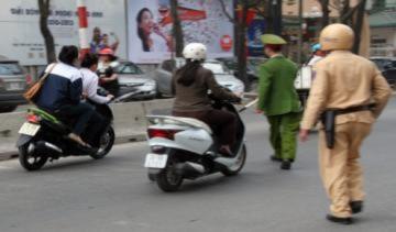 Học sinh lớp 10 tông xe máy vào cảnh sát, gây tai nạn