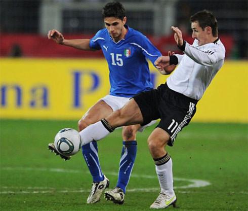 Tuyển Đức của Klose (áo trắng) vẫn chưa thể cắt đứt mạch thành tích thất vọng trong các lần đối đầu với Italy. Ảnh: AFP.