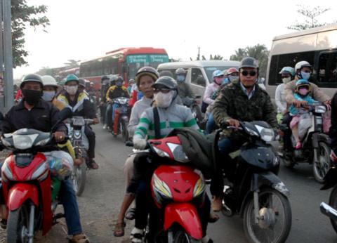 Kẹt xe nghiêm trọng đoạn đi qua huyện Châu Thành (Tiền Giang) làm nhiều phương tiện phải mất gần hai giờ mới qua được cầu Kinh Xáng từ chiều ngày 6/2 kéo dài cho đến tận sáng ngày 7/2./.