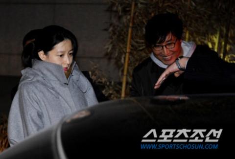 Lee Young Ae ra viện hôm 23/2. Ảnh: Sports Chosun.