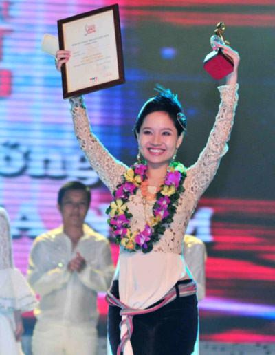 Mai Khôi xúc động rơi lệ khica6m2 trong tay giải thưởng cao quý của Bài hát Việt 2010.